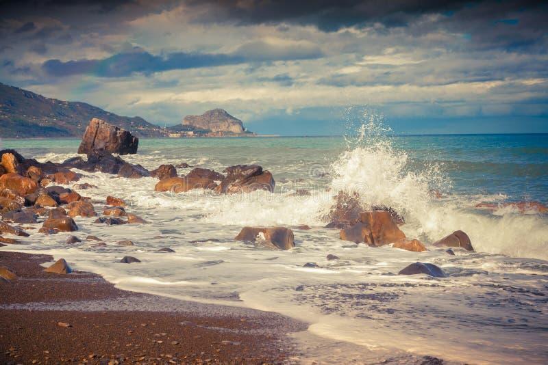Stormig vårmorgon på stranden Torre Conca arkivfoto