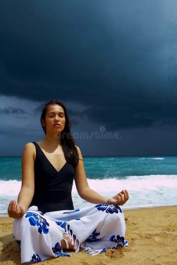 stormig yoga fotografering för bildbyråer