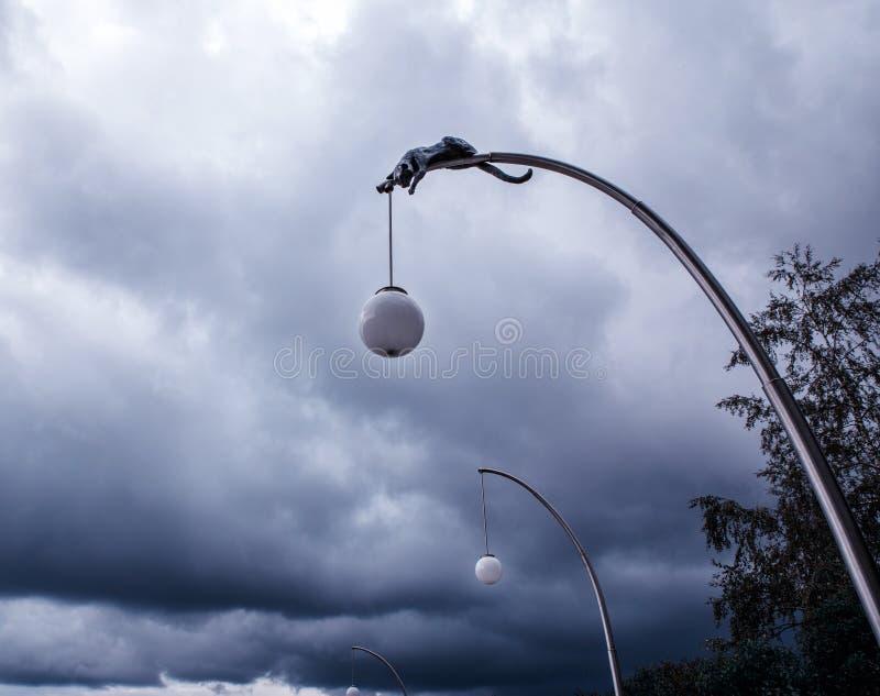 Stormiga mörkermoln och blå himmel, naturbakgrund arkivbild