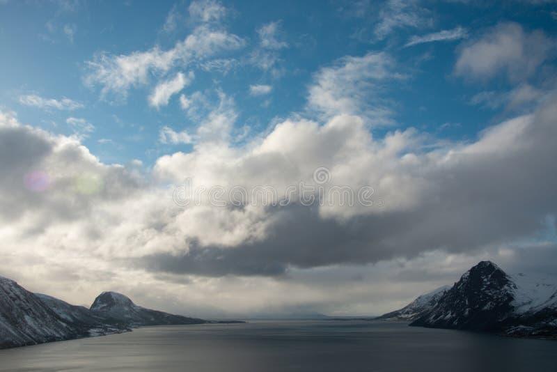 Stormiga moln rullar in från havet arkivfoto