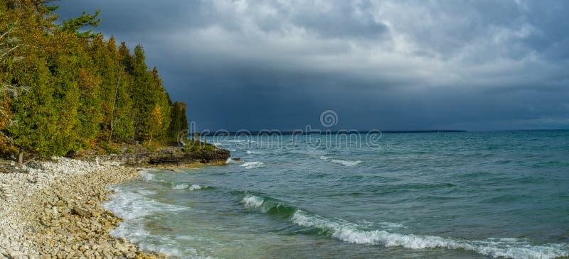 stormiga skies Door County Wisconsin fotografering för bildbyråer