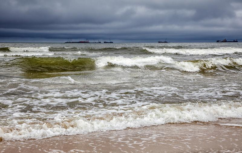 Stormigt baltiskt hav med skepp royaltyfria bilder