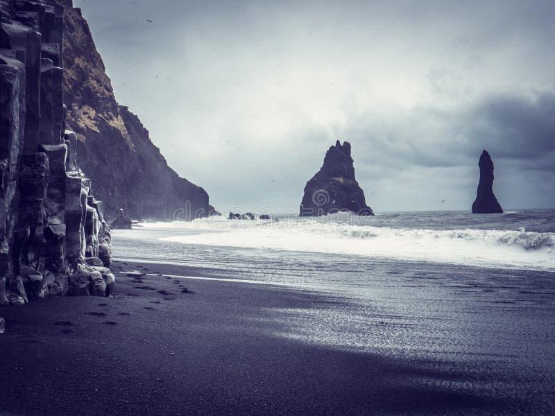 Stormigt hav nära grova klippor i Island arkivbild