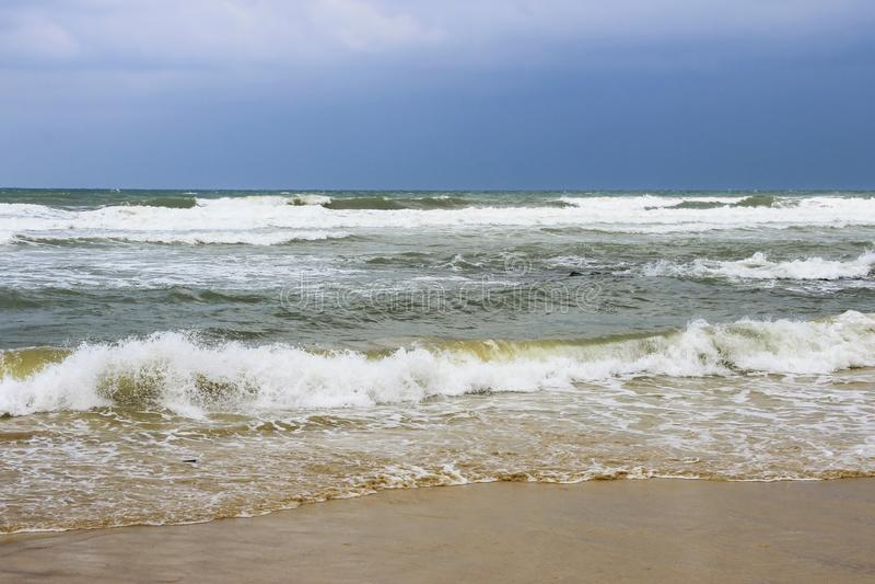 Stormigt v?der p? havet arkivbilder