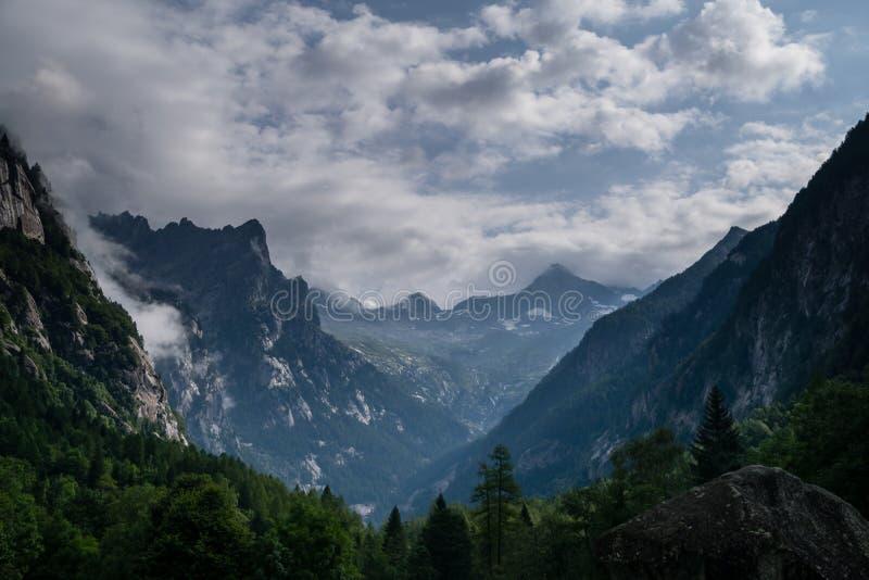 Stormina moln som lämnar bergen arkivfoton