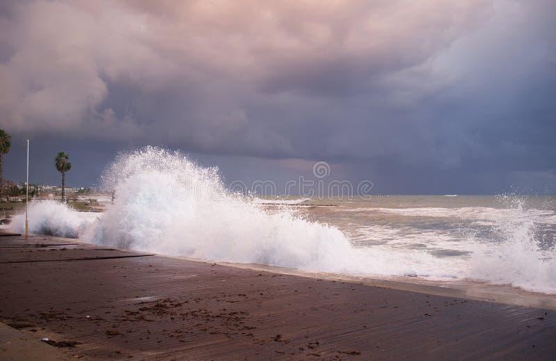 Stormitt hav på Paphos kust på kvällen royaltyfri fotografi