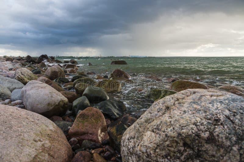 Stormlandskap av den steniga kusten för baltiskt hav royaltyfri bild
