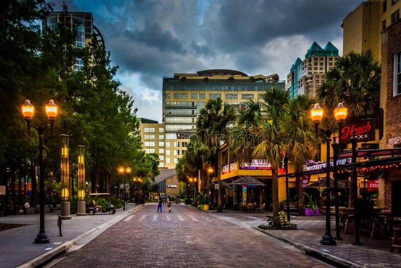Stormmoln över en tegelstengata i i stadens centrum Orlando, Florida royaltyfria foton