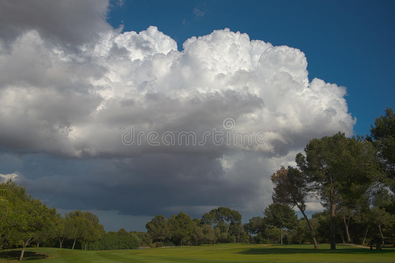Stormmoln över golfbanan HDR royaltyfri foto