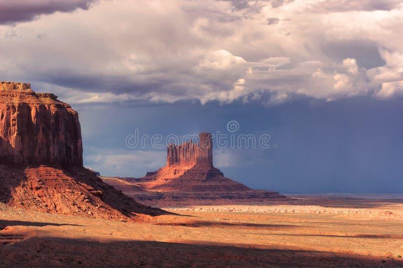 Stormmoln över monumentdalen på solnedgången royaltyfri fotografi