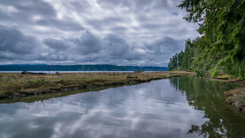 Stormmoln över Puget Sound arkivfoton