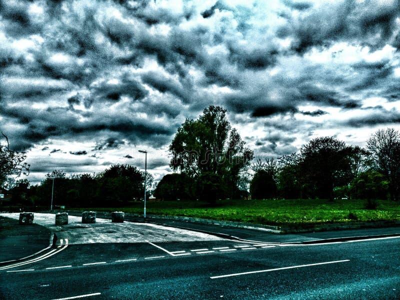 Stormmoln över träd royaltyfria foton