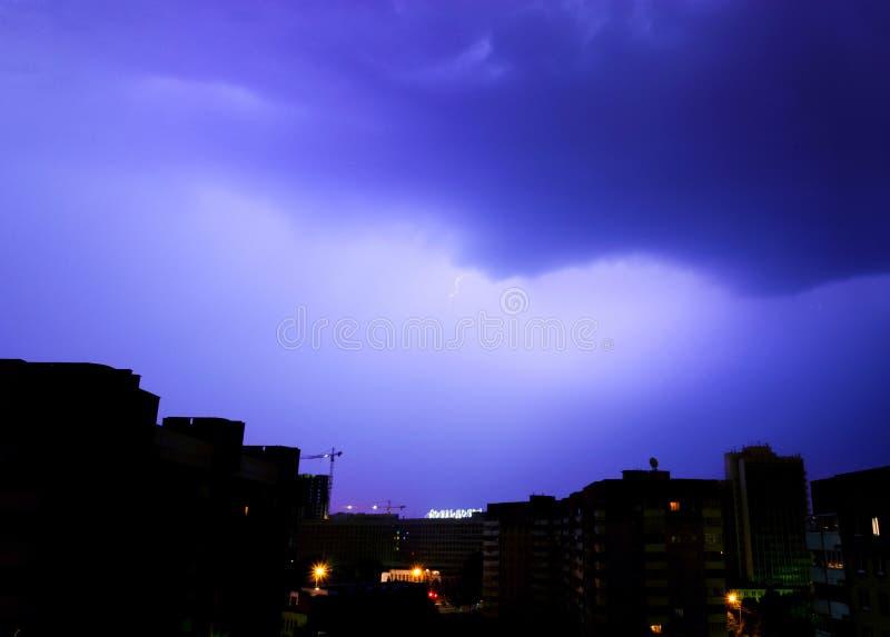 Stormmoln exponerade av avlägsna exponeringar över staden royaltyfri bild