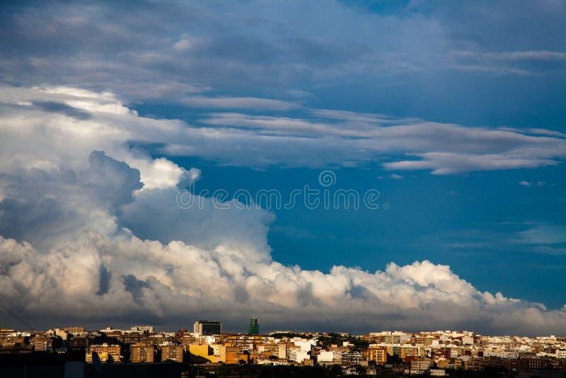 Stormmoln flyttar fram över staden arkivbilder