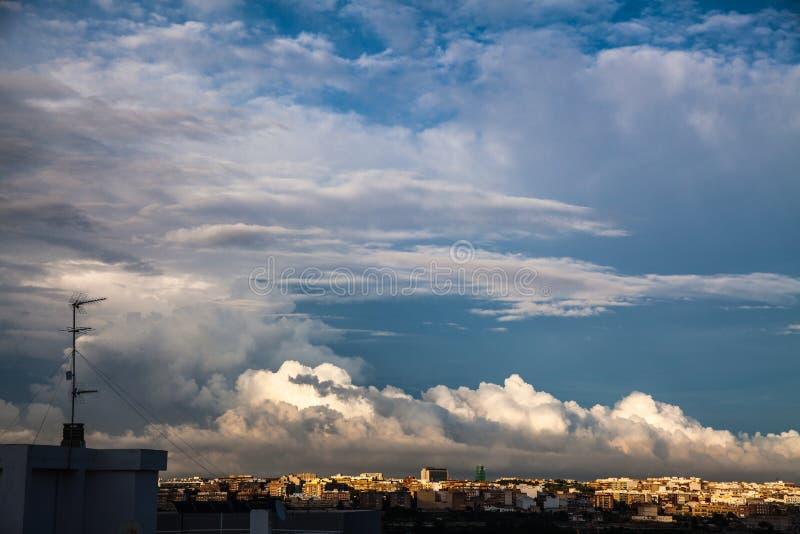 Stormmoln flyttar fram över staden royaltyfria bilder