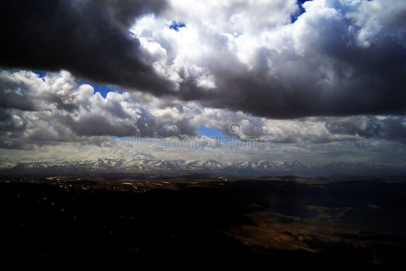 Stormmoln i bergen av det norr Kaukasuset Sikt från platån Bermutyt Caucasian kant, Ryssland fotografering för bildbyråer