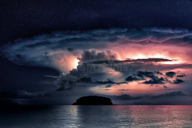 Stormmoln i havet, Thailand royaltyfri foto