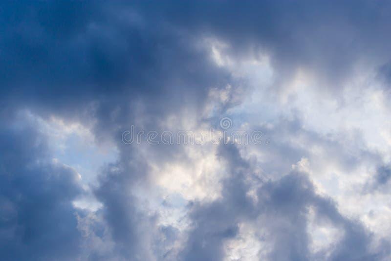 Download Stormmoln I Himlen Som Bakgrunden Fotografering för Bildbyråer - Bild av cloudscape, meteorology: 106831209