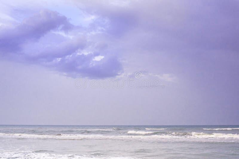 Stormmoln på skymning över stranden i chennai royaltyfri foto