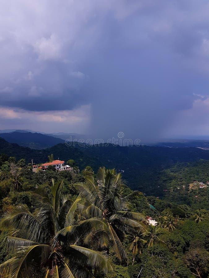 Stormmoln rullar in över de vidsträckta djungellandskapen av Cebu, Filippinerna royaltyfri foto