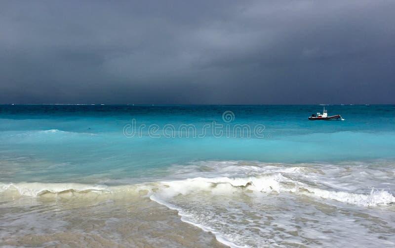 Stormmoln samlar av turker och Caicos royaltyfria bilder