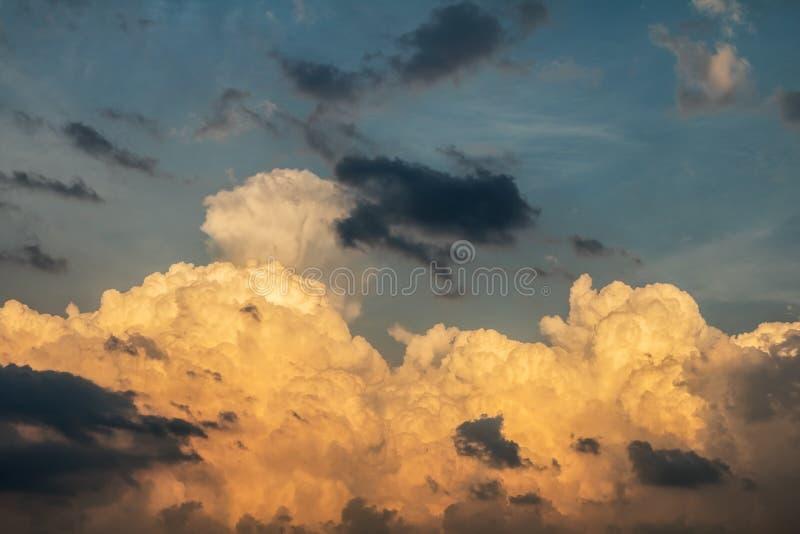 Stormmoln som tänds av solen arkivfoton