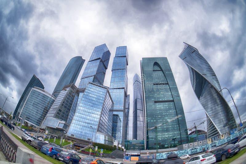 Stormmolnen som svävar över skyskraporna av den internationella affärsmitten för Moskva & x28en; Moskva-City& x29; Fisheye royaltyfri bild