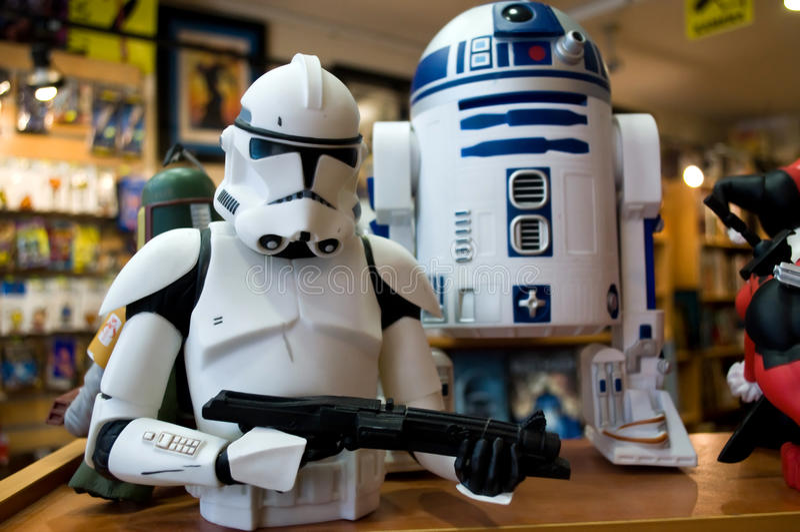 Stormtrooper Звездных войн и фигурка игрушки R2-D2 стоковые фото