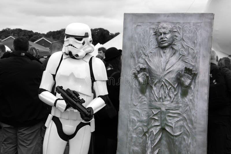Stormtrooper und Han Solo lizenzfreie stockfotografie