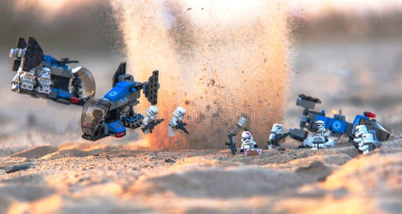 Stormtroopers dos minifigures de Lego Star Wars no campo de batalha imagem de stock