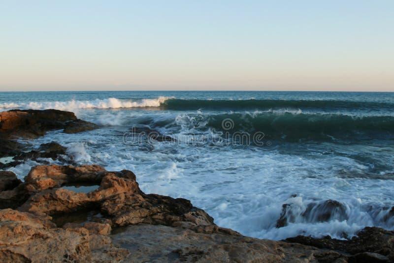 Stormvågor på stranden och den blåa himlen, medelhav, Spanien royaltyfria foton