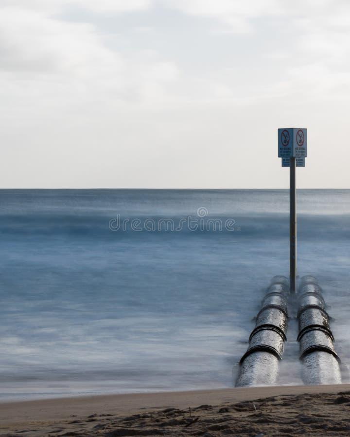 Stormwater drymby przy Waleczną plażą z gładkim długim ujawnieniem machają zdjęcia stock