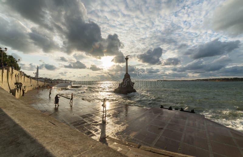 Stormy Sevastopol na Crimeia Monumento a Famosos Navios Sunken imagens de stock royalty free