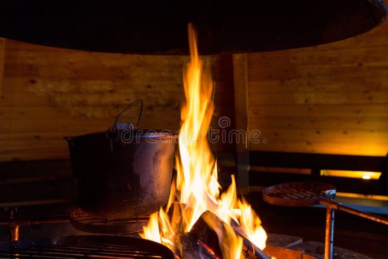 Storpamp på brand i grillfestkoja arkivbilder