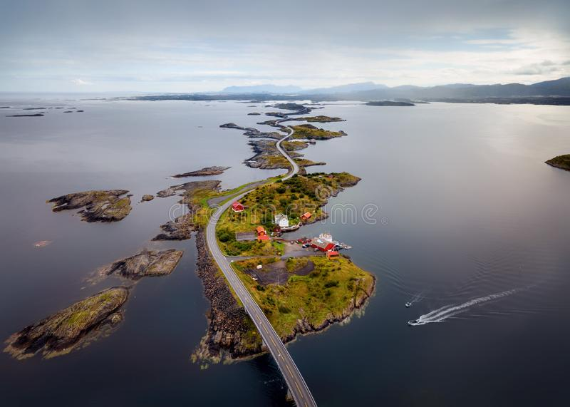 Storseisundetbrug, Road Noorwegen van de Atlantische Oceaan stock afbeeldingen