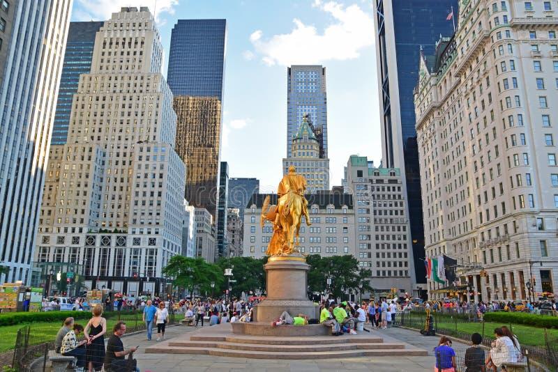 Storslagen arméPlaza med den guld- statyn av William Tecumseh Sherman i New York City royaltyfri bild