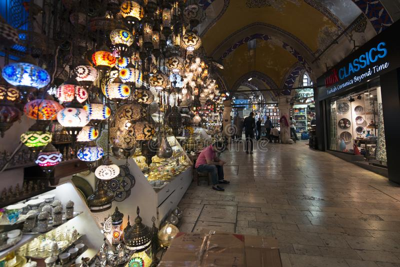 Storslagen basar, en av den äldsta shoppinggallerian i historia Denna marknad är i Istanbul, Turkiet royaltyfria bilder