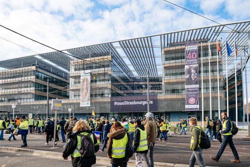Storslagen Est-byggnad för region med Gilets Jaunes personer som protesterar arkivfoton