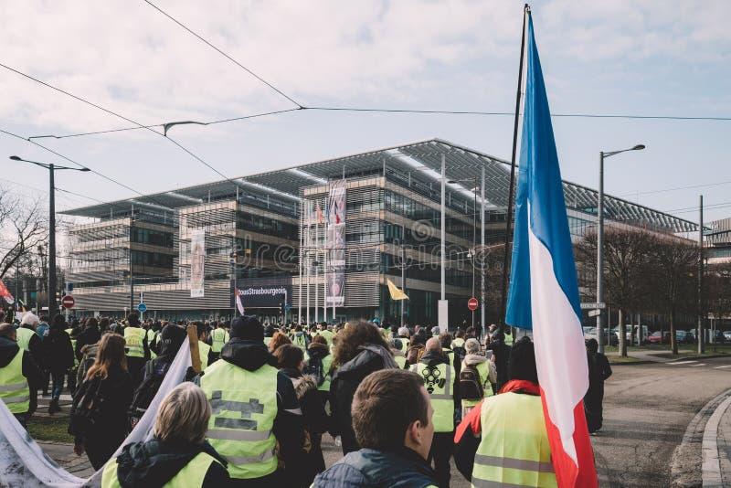 Storslagen Est-byggnad för region med Gilets Jaunes personer som protesterar fotografering för bildbyråer