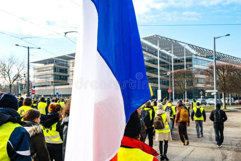 Storslagen Est-byggnad för region med Gilets Jaunes personer som protesterar royaltyfria foton