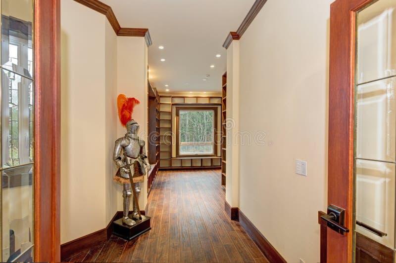 Storslagen foajé med väggar för smörguling, brun träklippning royaltyfri foto