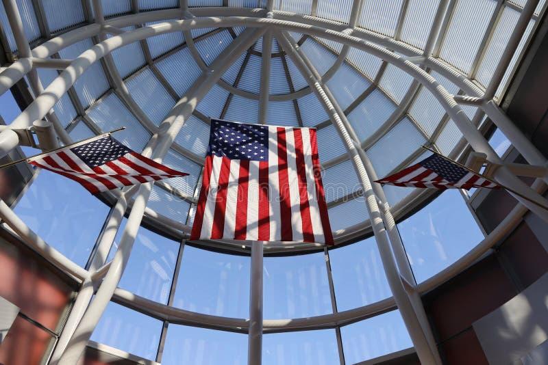 Storslagen folkhop som dekoreras med internationella flaggor på internationell flygplats för nolla-'hare i Chicago royaltyfria foton