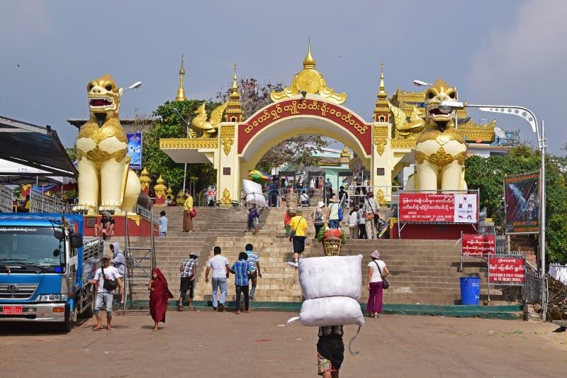 Storslagen ingång till den Kyaiktiyo pagoden på det måndag tillståndet, Burma arkivfoton
