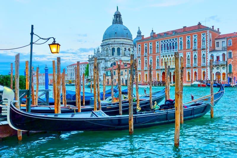 Storslagen kanal med gondoler i Venedig royaltyfria foton