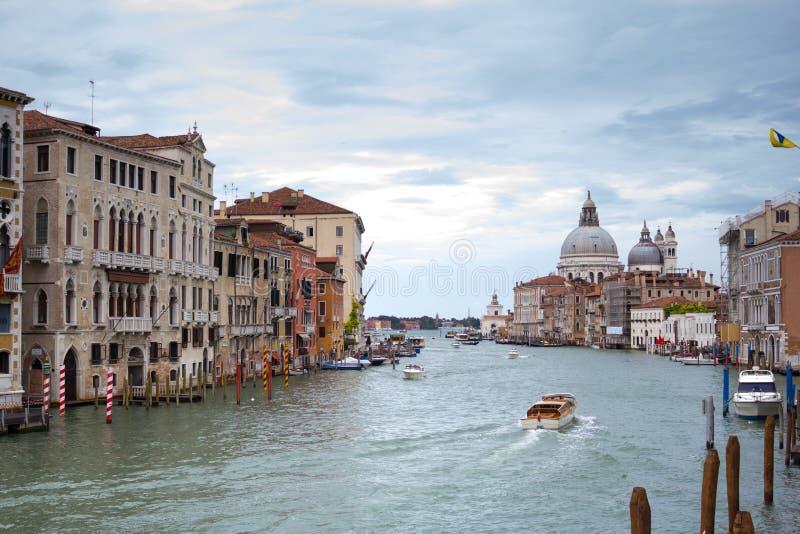 Storslagen kanal och basilika Santa Maria della Salute, Venedig, Italien arkivbilder