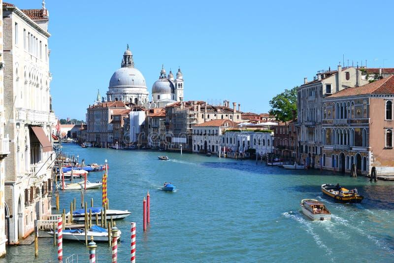 Storslagen kanal och färgrik stad för basilikade Santa Maria della Salute Beautiful av Venedig, Italien, gammal domkyrka arkivfoto