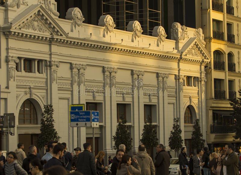 Storslagen kasino Maksim på den Taksim fyrkanten med folk som omkring irrar arkivfoto