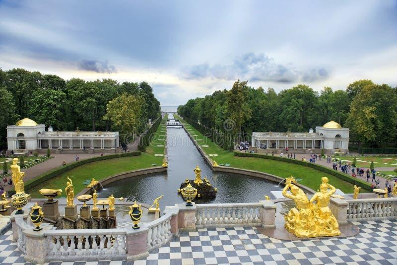 Storslagen kaskad för springbrunnar i Peterhof, St Petersburg, Ryssland arkivfoton