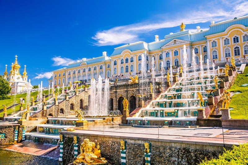 Storslagen kaskad i Peterhof, St Petersburg arkivbild