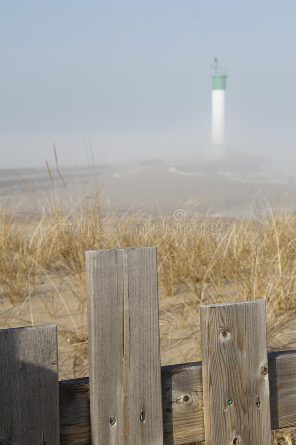 Storslagen krökningfyr på en dimmig morgon - Lake Huron arkivfoto